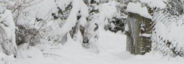 """unter Schnee versteckt: """"Inge und Achim"""" am Zaun"""