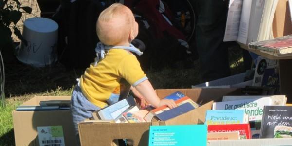 Kleiner Bücherwurm beim Holundermarkt in Klein-Jasedow